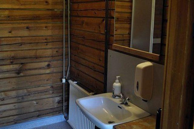 Nelipirtti cottage shower and toilet